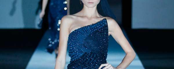 La donna in blu di Giorgio Armani