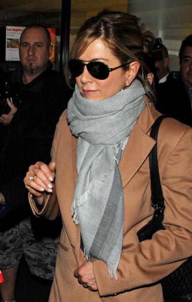 Jennifer Aniston indossa sciarpa di Ferragamo