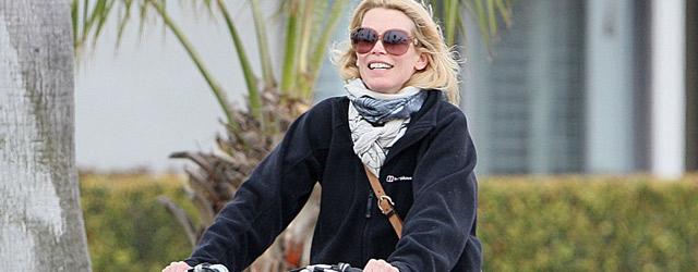 Claudia Schiffer e la borsa di Salvatore Ferragamo