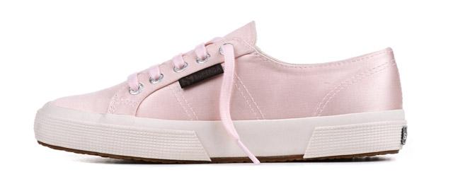 Le sneakers Superga si tingono di rosa